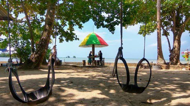 Kesejukan tepi pantai Payung