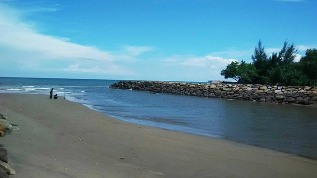 Pasir hitam di pantai Rancong Pulosimadu