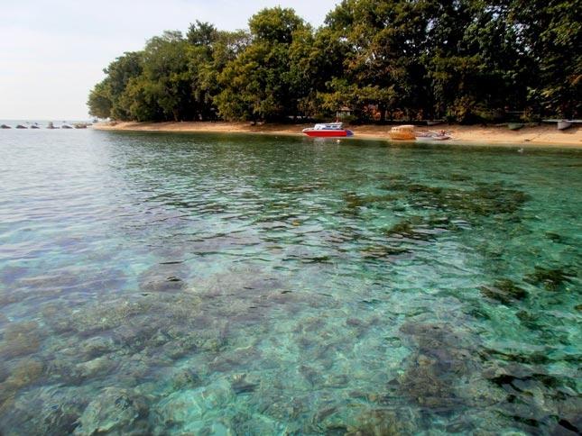 Wisata pantai di pulau Siladen