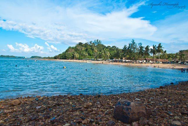 Bebatuan khas pantai Tanjung Pinggir