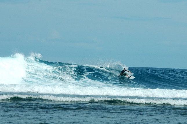 Ombak tinggi di pantai Tanjung Setia