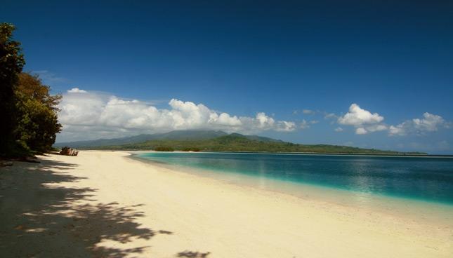 Kesunyian di tepian pantai pulau Pombo