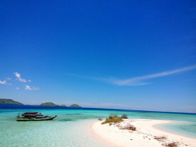 Keindahan pantai di pulau Taka Makassar