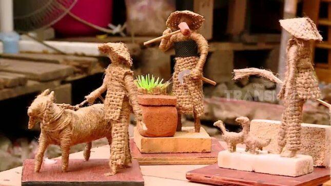 Miniatur patung dari kain goni