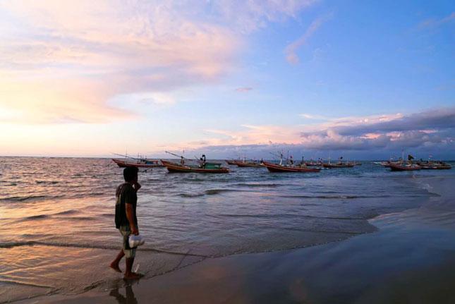 Menjelang sunset di pantai Jakat