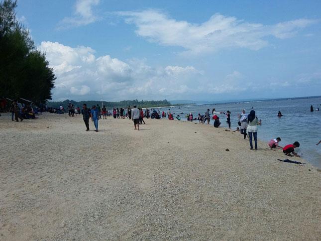 Wisatawan di pantai Laguna Ujung Lancang
