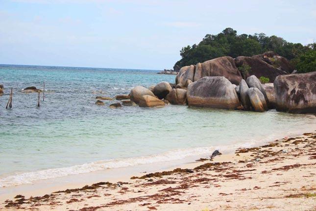 Bebatuan alami di pantai Tanjung Kelayang