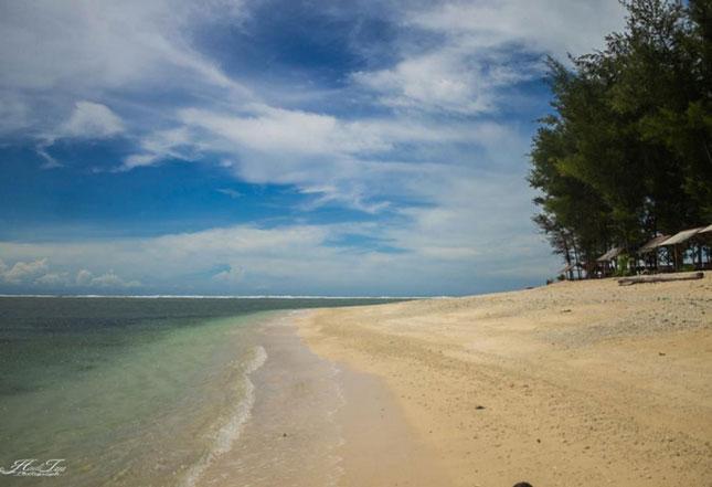 Pasir putih pantai Way Hawang